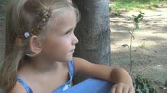 Ei pelaa Lapsi Edge of Lake, Sad, masentunut Little Girl, Children Arkistovideo