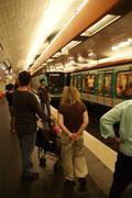 Pariisin metro juna saapuu metroasema Kuvituskuvat