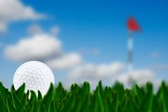 Golf ball on a golf course with the green in the background - very shallow de Stock Illustration