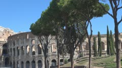 Traficul urban lângă Colosseum. Ploaie în Roma Stock Footage
