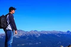 Retkeilijä vuorijono Kuvituskuvat