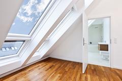 Sunlit nykyaikainen huoneisto, jossa moderni kylpyhuone Kuvituskuvat