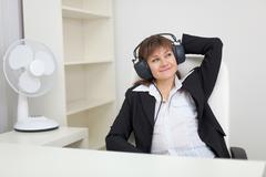 Nainen kuuntelee musiikkia kuulokkeet Kuvituskuvat