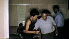 DANCE CLUB PARTY Afrikkalainen Amerikan noin 1965 (vintage Film Old Home Movie) Arkistovideo
