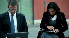 Liikemiehet kannettavan tietokoneen ja tablet tietokone työskentelevät kaupungin Arkistovideo