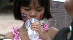 Aasian tyttö Juomavesi slummeissa Bangkok Arkistovideo