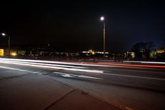 Kaistale kulkee autoja kadulla yön yli Kuvituskuvat