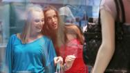 Window shoppers Stock Footage