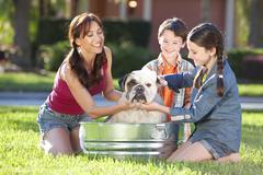 äiti poika ja tytär perhe pesu lemmikkikoira kylpyamme Kuvituskuvat