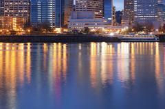 Keskustan Portlandissa ja willamette joki Kuvituskuvat