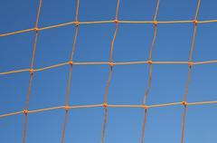Soccer tavoite net vastaan sinistä taivasta Kuvituskuvat