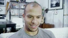 Tietokoneen näytön näkökulmasta komea nuori mies videochattikokemus Arkistovideo
