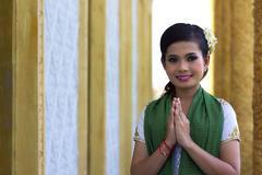 Aasialainen tyttö tervehdys temppeli Kuvituskuvat