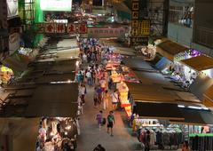 Hong kong - october 01, 2010: the temple street night market on october 01, 2 Stock Photos
