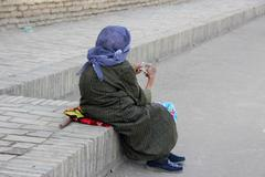 Uzbekistan woman counting a bundle of money Stock Photos