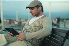 Onnellinen pari nauttia tabletti tietokone, ulkona Arkistovideo