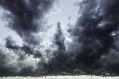 Tumma myrskyinen taivas Kuvituskuvat