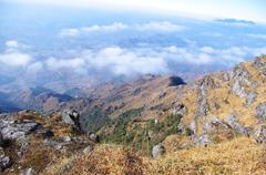 Pilvet noin alkuun korkea vuori Kuvituskuvat