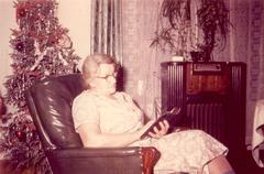 Vanha nainen reading.jpg Kuvituskuvat