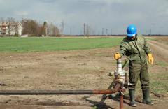 Oil worker open pipeline valve.JPG Stock Photos