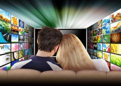 Ihmisiä katsomassa televisiota elokuvalta Kuvituskuvat