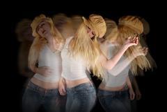 Nainen maila tanssii mustalla Kuvituskuvat