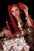 Gypsy nainen istuu korttien kanssa. Kuvituskuvat