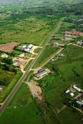 Vihreä kenttä ja maantiellä ilmakuva Piirros
