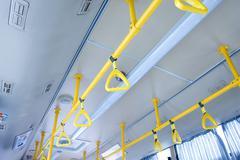 Käsittelee seisova matkustaja sisällä city-bussi Kuvituskuvat