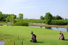 Golf kenttä, jossa on kaksi golf bag.jpg Kuvituskuvat