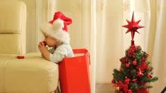 Suloinen Sata leikkii joulukoristeita Arkistovideo