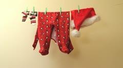 Vaatteet pikku Joulupukki ripustaa kuivumaan köysi Arkistovideo