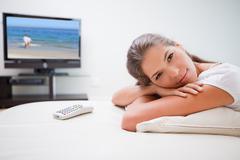 Nainen rentouttava television edessä Kuvituskuvat