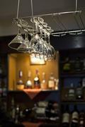Viinilasit roikkuu lähellä baaritiski Kuvituskuvat