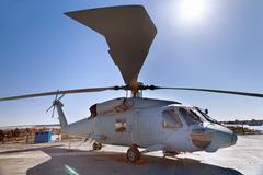Sotilashelikopteriin harjoittaja kannella Kuvituskuvat