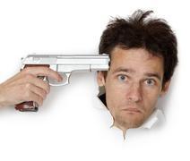 Mies uhkasi aseella Kuvituskuvat