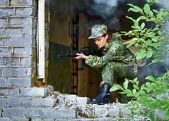 Nainen kivääri, pitää puolustus taistelussa Kuvituskuvat