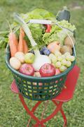 Kori tuoreita hedelmiä ja vihanneksia puutarha pöytä Kuvituskuvat