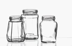 Kolme tyhjää umpiointitölkit on lasilevy Kuvituskuvat