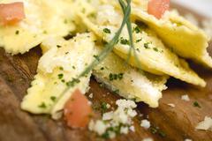 Ravioli kuutioiksi tomaatit ja parmesaania (yksityiskohta) Kuvituskuvat