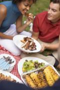 Pariskunta grillattua vara kylkiluut, maissintähkä, salaattia, ruohoa Kuvituskuvat