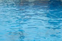 Kirkas sininen allasveden abstrakti tausta Kuvituskuvat
