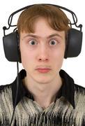 Huvittavaa nuori mies kuulokkeet ulkonevat silmät Kuvituskuvat