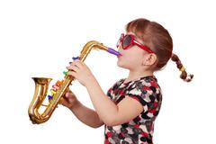 Pikkutyttö aurinkolasit soittaa musiikkia saxophone.JPG Kuvituskuvat
