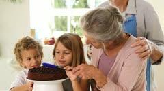 Grands vanhemmat ja lapset tekevät suklaakastiketta Arkistovideo