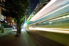 Motion Blur kaupunkijuna menossa nopeasti yöllä Kuvituskuvat