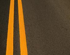 Keltainen merkkiviivat tiellä Kuvituskuvat