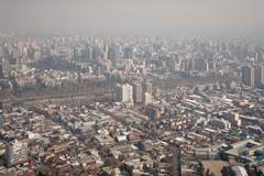 Savusumu yli Santiago, Chile, näkymä Cerro San Cristobal Kuvituskuvat