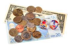 Rahaa ja noppaa eristetty valkoisella pohjalla Kuvituskuvat