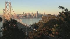 San Francisco Bay Bridge horisonttiin aamulla / auringonnousu Arkistovideo